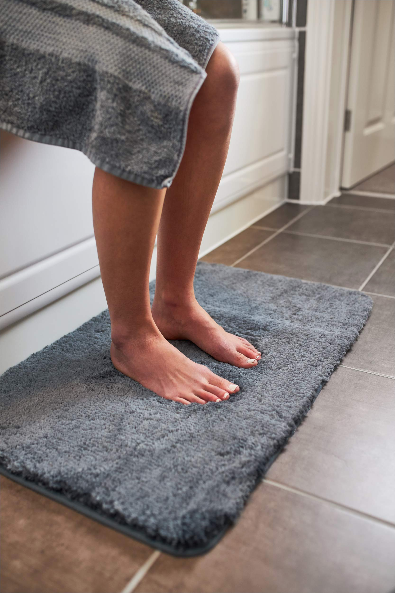 Premium Bath Microfiber Chenille Bath Rug Luxury Grey Bath Mat Microfiber Non Slip Bath Rug with Super soft Absorbent Dry Fast Design for Bath and Shower